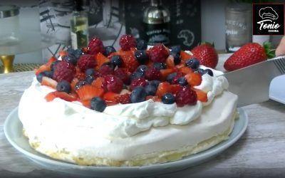 Tarta Pavlova, con claras y decorada con frutos rojos